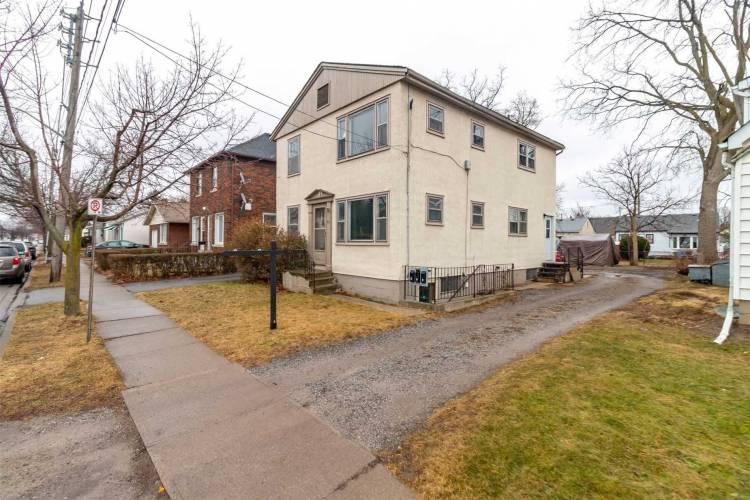 60 Carlton St- St. Catharines- Ontario L2R 1P8, 4 Bedrooms Bedrooms, 10 Rooms Rooms,3 BathroomsBathrooms,Triplex,Sale,Carlton,X4785397